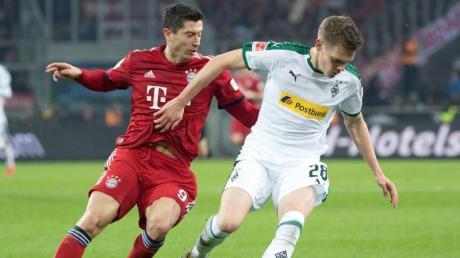 Matthias Ginter (r) erwartet mit Gladbach Robert Lewandowski mit dem FC Bayern zum Liga-Gipfel.
