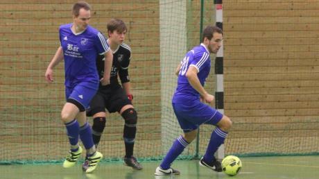 Der VfL Denklingen (blaue Trikots) überzeugte beim Vorrundenturnier in Peiting und gewann alle seine Spiele.