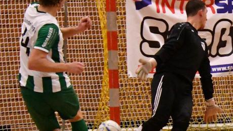Christoph Schnelle (links) trifft beim Seeßle-Cup 2018 für den Turniersieger FC Gundelfingen.