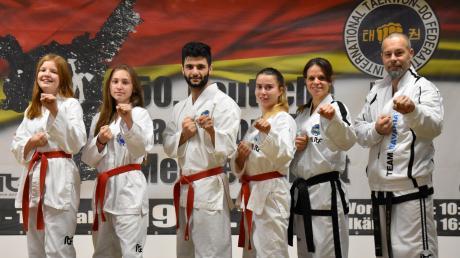 Die erfolgreichen Taekwondo-Sportler (von links): Elisa Schuster, Julia Sauer, Keyhan Afkhami (deutscher Vize-Meister), Margarethe Ringler (deutsche Meisterin), Saskia Blätz (deutsche Meisterin) und Guido Blätz.