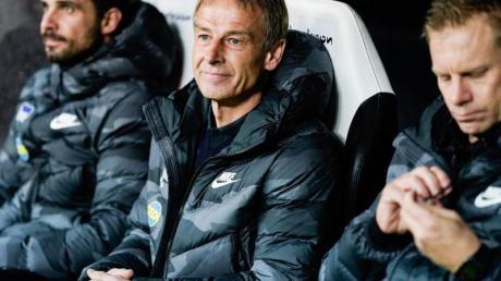 Berlins Trainer Jürgen Klinsmann (M) sieht die Hertha auf dem richtigen Weg.