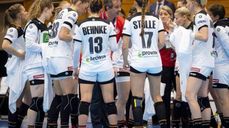 Trainer Henk Groener (M) spricht zu den deutschen Nationalspielerinnen in einer Auszeit.