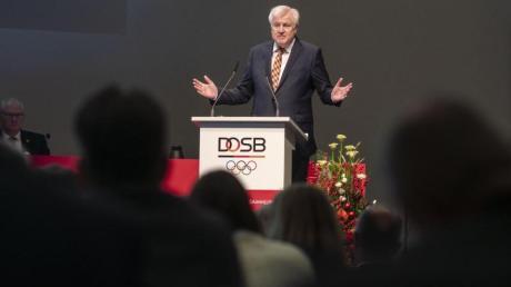 Nach einem Termin beim Deutschen Olympischen Sportbund in Frankfurt wollte Innenminister Seehofer nach München fliegen. Kurz nach dem Abheben musste der Helikopter wieder landen.