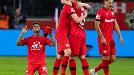 Leverkusens Spieler zeigen sich nach dem Spiel gegen Schalke über den Sieg erleichtert.