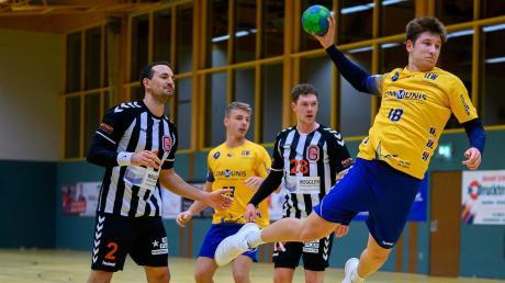 Eine starke Partie am Kreis spielte Youngster Jan Wiedmer (am Ball), der mit seinem Team unglücklich gegen den Tabellenführer aus Göggingen verlor.