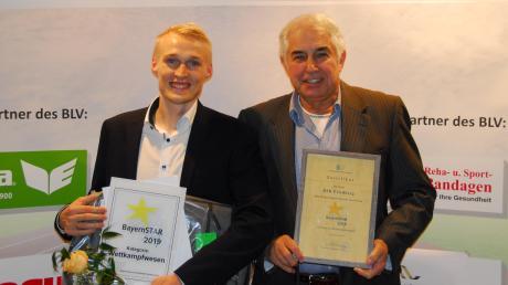Sportwart Stefan Gorol und Vorsitzender Heinz Schrall von der DJK Friedberg freuen sich über das Bayern-Star-Schild mit Urkunde sowie einen Geld- und Sachpreis des BLV.