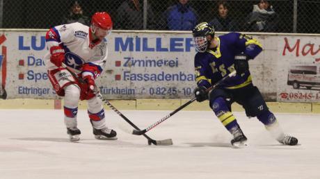 Der ESV Türkheim (blaues Trikot) will mit einem Heimsieg gegen Königsbrunn den zweiten Platz in der Bezirksliga sichern.