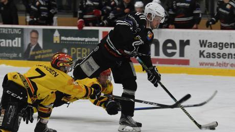 Die Burgauer (in schwarz) feierten auf heimischem Eis einen verdienten Erfolg gegen den EHC Bad Aibling.