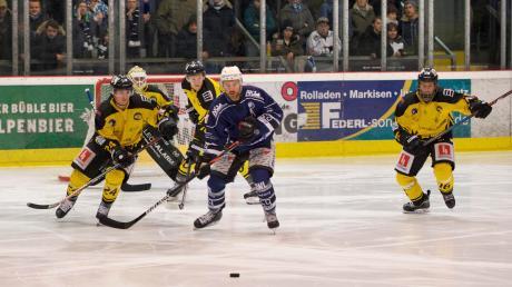 Der HC Landsberg hat sich den Sieg gegen Schongau schwer erarbeiten müssen. Ein Aktivposten in der Mannschaft war Thomas Fischer (blaues Trikot).