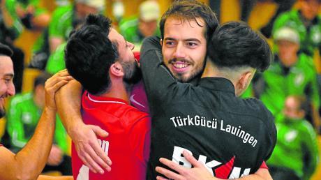 Sahin Tasedelen (Mitte) durfte sich nach seinem Siegtreffer beim kleinen Intersport-Seeßle-Cup von seinen Mitspielern feiern lassen.