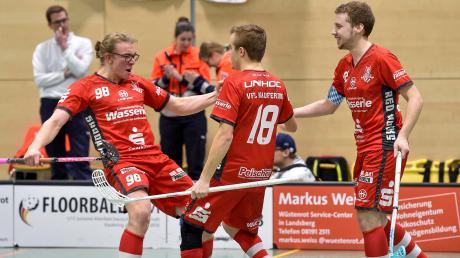 Moritz Leonhardt (links) erzielte mit einem Empty-Net-Goal den 6:3-Endstand. Mit ihm jubeln Maxi Falkenberger und Kapitän Marco Tobisch (rechts).