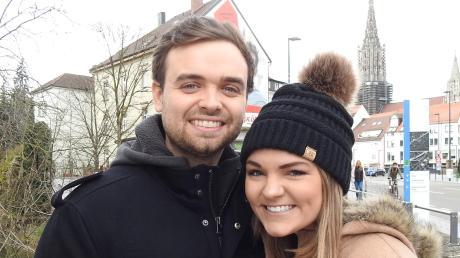 """Ein Foto mit dem Ulmer Münster im Hintergrund gehört dazu: Caroline und ihr Ehemann Randall """"Randy"""" Schroeder sind aus den USA nach Neu-Ulm gezogen. Hier wird Randy für die Spartans American Football spielen."""
