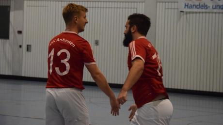 Mit sieben Treffern wurde Johannes Seipt (links) vom Turniersieger SSV Anhausen Torschützenkönig.Hier jubelt er zusammen mit Joschka Müller.