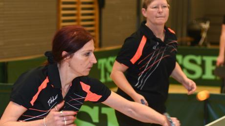 Christine Kampfinger (links) und Petra Olthues mussten gegen Herbertshofen III im Doppel in den Entscheidungssatz, gewannen hier aber klar. Auch in den Einzeln zeigten die beiden starke Leistungen und siegen souverän.