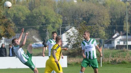 Der FC Stätzling II (grün-weiß, hier Marco Heckmeier bei einer artistischen Rettungstat) und die Sport-Freunde Bachern (gelb) haben durchaus noch Chancen auf Platz zwei. Wenn's gut läuft, ist sogar mehr drin.
