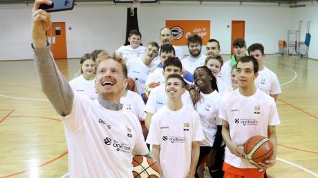 """Per Günther ist Botschafter des Projekts """"One Team Games"""" und engagiert sich für junge Basketballer mit geistiger Behinderung. Hier macht er ein Selfie mit den """"BBU '01 Specials"""", einer Mannschaft aus Kindern und Jugendlichen mit geistiger Behinderung. Sie werden im Eurocup ihr Können zeigen."""
