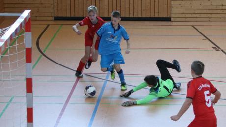 Spannend bis zum letzten Spiel war das Qualifikationsturnier der D-Junioren in Pfaffenhausen. In dieser Szene stehen sich die SG Kirchheim (rote Trikots) und die JFG Wertachtal (blaue Trikots) gegenüber.
