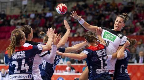 Die deutschen Handballerinnen um Emily Bölk (2.v.r) konnten sich nicht gegen die Norwegerinnen durchsetzen.