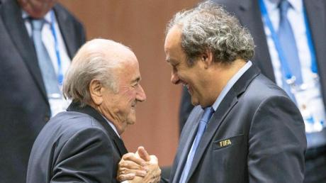 Sollen der FIFA zwei Millionen zurückzahlen:Der ehemalige FIFA-Präsident Joseph Blatter (l) und Ex-UEFA-Chef Michel Platini.