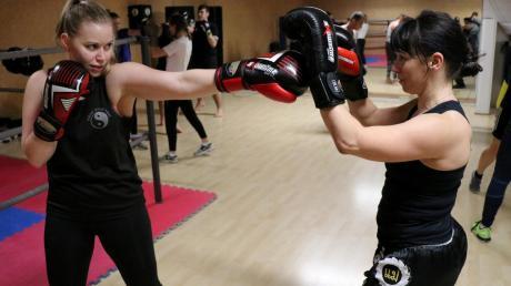 Für Stefanie Echter (links) ist Kickboxen eine große Leidenschaft. Die junge Großaitingerin möchte wie ihr Vorbild Radenko Kristic auch einmal um eine Meisterschaft boxen. Dafür steht sie sechsmal die Woche im Studio.
