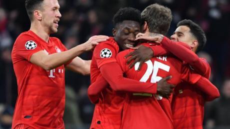 Die Spieler von Bayern München feiern einen Treffer gegen Tottenham Hotspur.