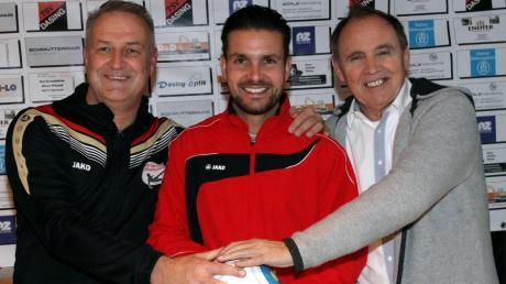 Trainerwechsel beim TSV Dasing: Jürgen Schmid (links), der im Sommer 2020 den TSV Dasing nach 18 Jahren verlässt, stellte zusammen mit Abteilungsleiter Michael Schaeffer (rechts) seinen Nachfolger Frank Mazur vor.