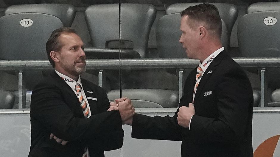In der vergangenen Saison arbeiteten Tray Tuomie (links) und Mike Stewart noch gemeinsam hinter der Bande der Augsburger Panther. Am Freitag sind sie Kontrahenten.