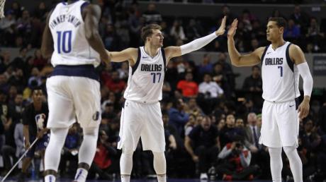 Luka Doncic (M.) stand bei den Dallas Mavericks mal wieder im Mittelpunkt.