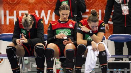 Die deutschen Handballerinnen Luisa Schulze, Julia Behnke und Emily Bölk (l-r-) sind nach der Niederlage enttäuscht.