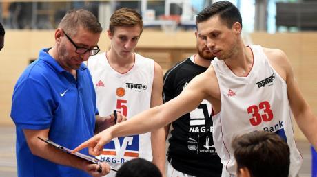 Emanuel Richter (rechts) gibt jetzt bei der BG Leitershofen/Stadtbergen die Richtung vor. Der langjährige Spieler hat das Traineramt von Nenad Bekic (links) übernommen, von dem man sich einvernehmlich getrennt hat. Gegen den VfL Treuchtlingen steht eine echte Bewährungsprobe an.