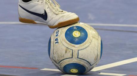 Zu den Futsal-Eigentümlichkeiten zählt der vergleichsweise kleine Ball. Feine Füße und solide Technik sind nötig, um das Spielgerät zu beherrschen.