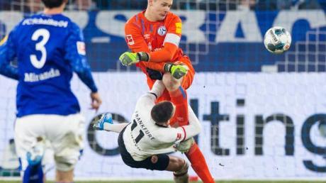 Schalkes Torwart Alexander Nübel (r) foult Mijat Gacinovic (M) von Eintracht Frankfurt.