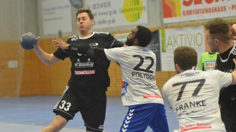 Lange hatten die Friedberger Handballer (schwarze Trikots) große Probleme mit der TG Heidingsfeld. Erst in den Schlussminuten drehte der TSV die Partie noch zu seinen Gunsten. Fabian Abstreiter (Nummer 33) war mit neun Treffern der erfolgreichste Werfer.