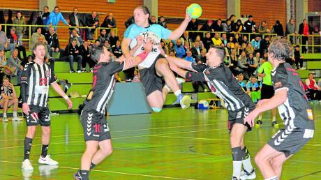 Die HSG Lauingen-Wittislingen (blau/weiß, am Ball Christian Kinzler) konnte die Niederlage gegen den TSV Göggingen zwar nicht verhindern. Die Donautaler boten dem ungeschlagenen Spitzenreiter jedoch Paroli und konnten immerhin die zweite Halbzeit für sich gewinnen.