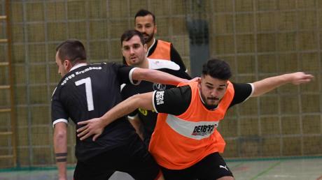 Eng ging es bei Türkiyemspor Krumbach zu. Das Team um Resul Özmutlu (rechts) qualifizierte sich überraschend für die Endrunde.