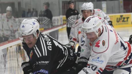 Der Burgauer Danny Grünauer (links) im Duell mit Kemptens Nikolas Oppenberger.