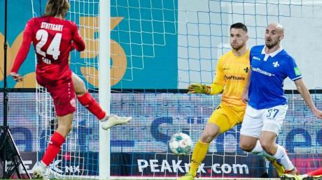Borna Sosa (l) ließ 98-Keeper Marcel Schuhen keine Chance und rettete dem VfB Stuttgart einen Punkt in Darmstadt.