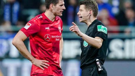 Schiedsrichter Patrick Ittrich erklärte dem Stuttgarter Mario Gomez die Abseitsentscheidung.