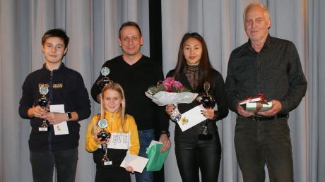 Die Türkheimer Leichtathleten des Jahres (von links) Elias Brignolo, Miriam Fuhrmann, Matthias Weidinger, Irina Gorr und Trainer Bernd Henneberg.