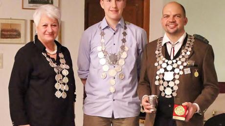 Die neuen Regenten in Ebermergen: Neuer Jugendkönig ist Paul Stippler (Mitte), Schützenliesl wurde Ines Mösle und Thomas Göttler ist Schützenkönig.