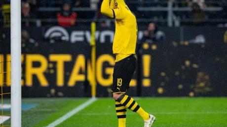 Dortmunds Julian Brandt zog sich nach dem Schlusspfiff frustriert das Trikot über den Kopf.