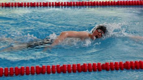 Michael Meidinger zeigt sich bei den Bezirksmeisterschaften in Augsburg kämpferisch auf der langen 1500-Meter-Freistil-Strecke. Er benötigte für diese Distanz im Augsburger Plärrer-Bad 23:58,30 Minuten.