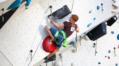 Beim Lead- oder auch Schwierigskeitsklettern geht es auf eine unbekannte Route an einer bis zu 15 Meter hohen Kletterwand.
