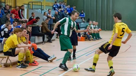 Hermann Herz (am Ball) wird man beim Vorrundenturnier zur Allgäuer Meisterschaft heute in Mindelheim nicht auf dem Parkett sehen – er kuriert einen Kreuzbandriss aus. Seine Mannschaft, der FC 98 Auerbach/Stetten, wird aber wie der TSV Kammlach um ein Finalticket kämpfen.