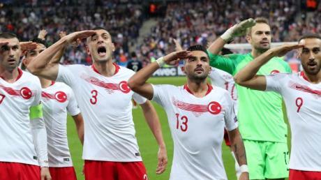 Die türkischen Spieler salutierten beim Spiel in Paris gegen Frankreich.