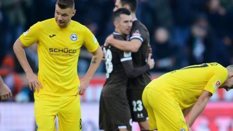 Bielefelds Florian Hartherz (l) und Cedric Brunner (r) reagieren enttäuscht nach der Partie gegen FC St. Pauli.