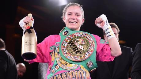 Die neue und alte Weltmeisterin: Die Augsburgerin Tina Rupprecht gewann ihren WM-Kampf in Hamburg nach Punkten. Zur Belohnung gab es eine XXL-Champagnerflasche und den Gürtel des Verbands WBC.