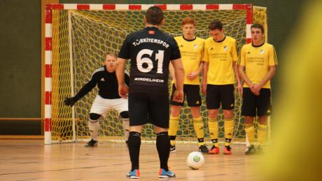 Im ersten K.o.-Spiel standen sich die beiden besten Teams des Turniers gegenüber: Der TSV Kammlach (gelb-schwarze Trikots) setzte sich im Duell mit Türkiyemspor Mindelheim mit 2:0 durch und fährt damit zur Allgäuer Endrunde nach Kempten.