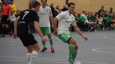 Michael Vogele (am Ball) schoss den FC Horgau in der neu renovierten Reischenau-Sporthalle mit fünf Treffern zur Landkreis-Endrunde. Daniel Hafner vom Überraschungsfinalisten SSV Margertshausen kann ihn nicht stoppen.