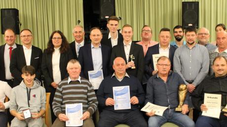 Bis zu 40 Jahre als Schiedsrichter aktiv und Hunderte von Spielen geleitet: die geehrten Mitglieder der SR-Gruppe Donau.